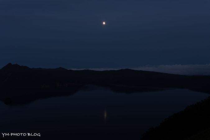 摩周湖と月