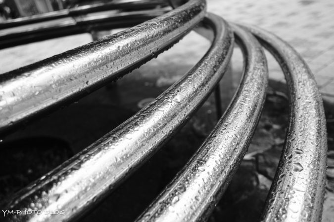 鉄の柵と雨