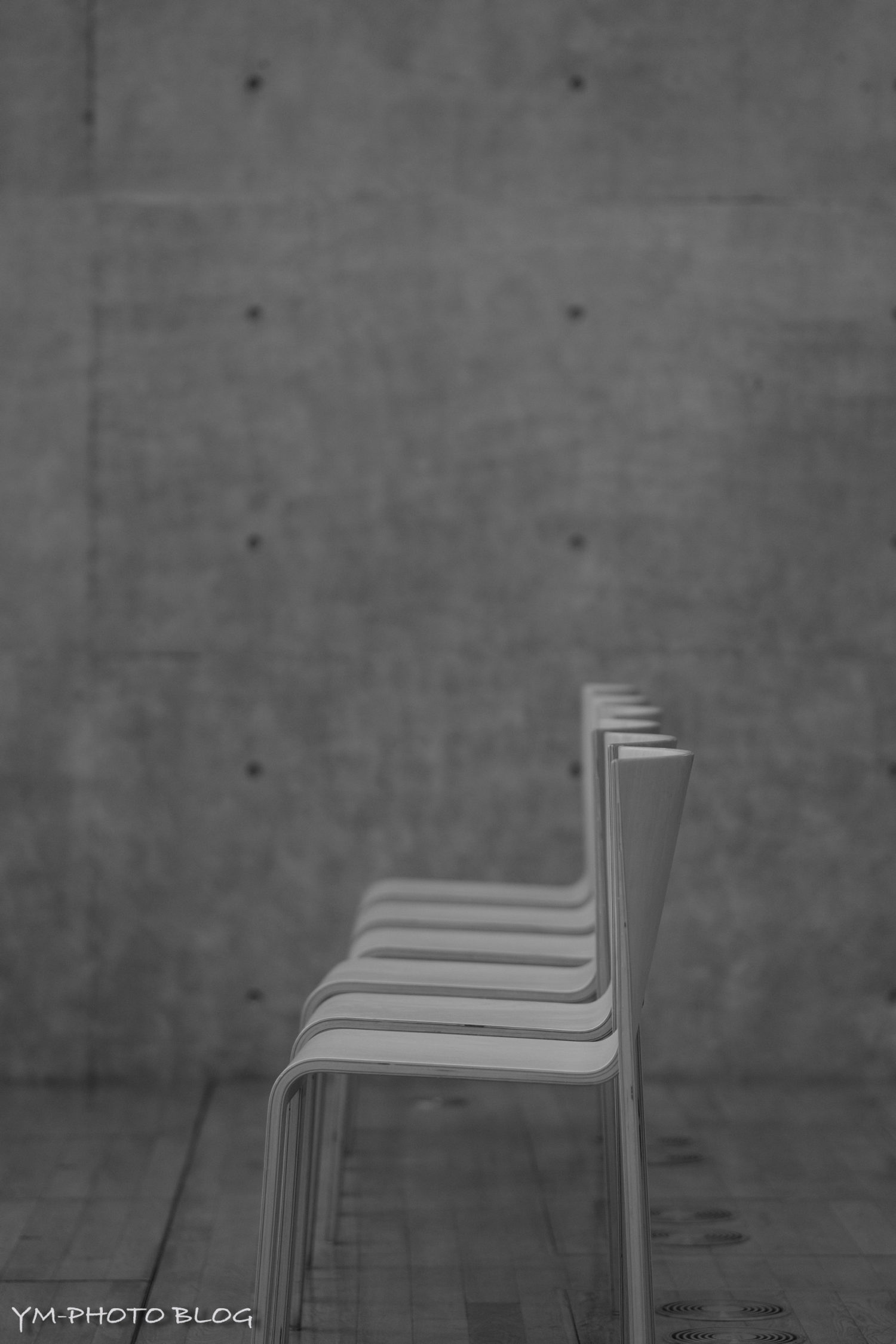 椅子とコンクリ