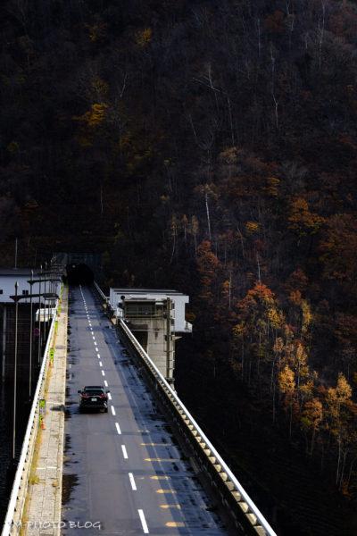 ダムの上を走る道路